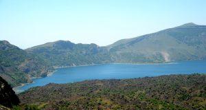 Bitlis'in Tatvan ilçesinde dünyanın ikinci, Türkiye'nin en büyük krater gölü olma özelliğine sahip Nemrut Krater Gölü, doğal güzelliğiyle yerli ve yabancı turistlerin ilgisini çekiyor.  Günübirlik gezi düzenleyenler veya kamp yapan doğa meraklıları, Nemrut Kalderası'nın eşsiz manzarasını fotoğraflıyor. ( Şener Toktaş - Anadolu Ajansı )